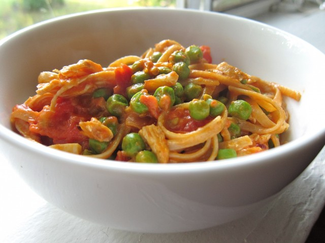 Pasta with turkey and peas