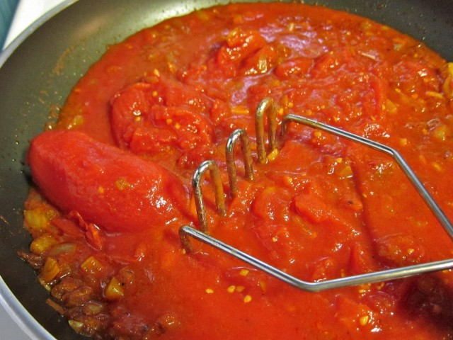 Mashing tomato sauce