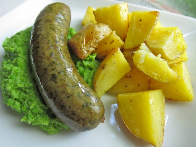 Pesto sausage with green pea mash and potatoes