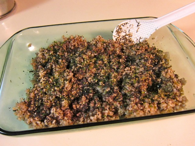 Mixing seaweed into brown rice
