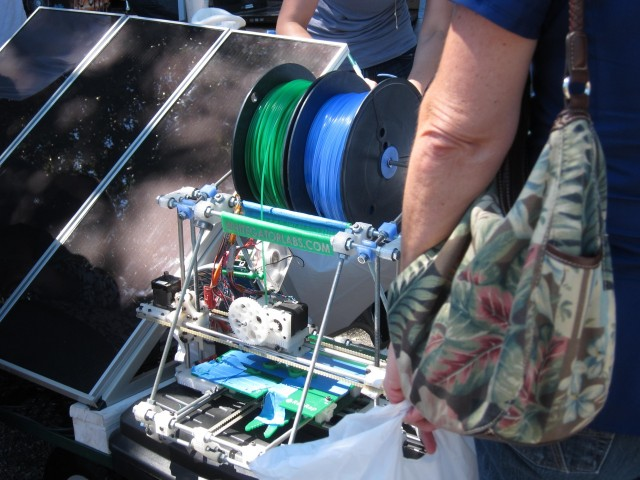 Solar-powered 3D plastic printer
