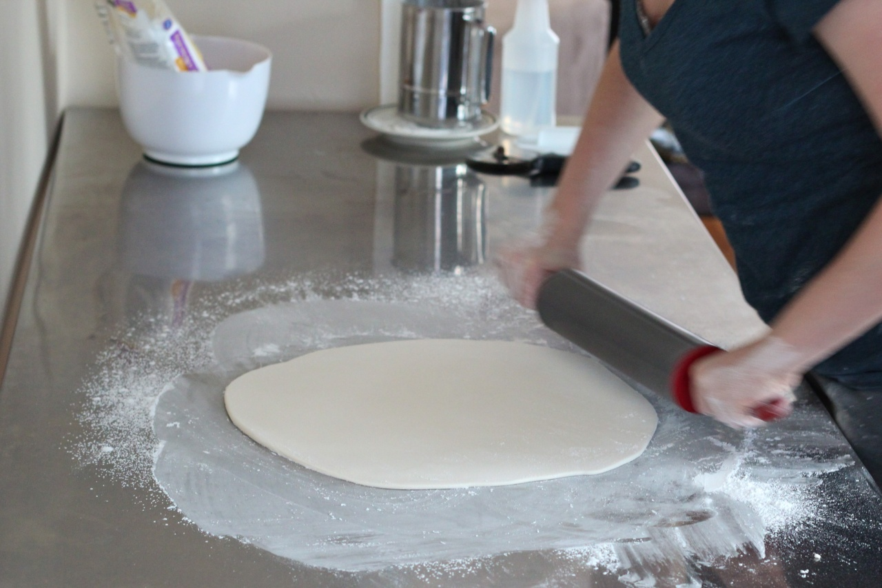 Rolling fondant with cornstarch